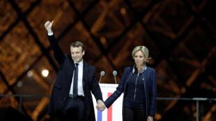 Emmanuel Macron, et son épouse Brigitte Trogneux, le 7 mai 2017, sur l'esplanade du Louvre..