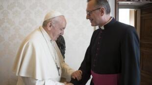 O papa Francisco (esquerda) e o secretário-geral da Conferência dos Bispos da França, Olivier Ribadeau-Dumas, em foto de arquivo.
