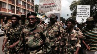 Manifestación de veteranos de la lucha anti Apartheid frente al Tribunal de Pretoria.