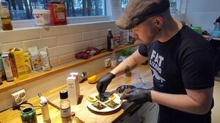Na Finlândia, Topi Kairenius faz degustações de insetos para divulgar esta nova cozinha.
