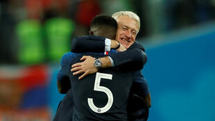 L'entraîneur des Bleus, Didier Deschamps, dans les bras de Samuel Umtiti, lors de la victoire face à la Belgique en demi-finale de la Coupe du monde, le 10 juillet 2018.