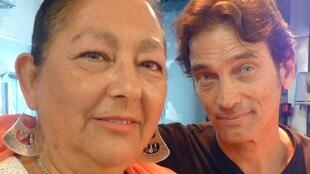 Beatriz Pichi Malen junto al percusionista Chacho Ruiz Giñazú