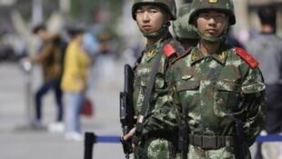 Cảnh sát bán quân sự tuần tra tại một nhà ga xe lửa ở Bắc Kinh. Ảnh minh họa, chụp ngày 07/05/2014.