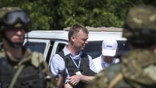 Alexander Hug, le chef de la mission de l'OSCE en Ukraine, à proximité du site du crash du MH17, toujours tenu par les séparatistes ukrainiens.
