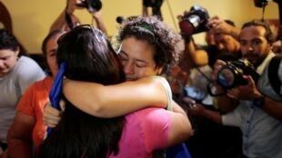 Maria Adilia Peralta se jette dans les bras de sa mère après sa libération de la prison de La Esperanza, à Masaya, le 20 mai.
