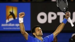 O sérvio Novak Djokovic comemora sua vitória sobre o suíço Stanislas Wawrinka na semi-final em Melbourne (30/01).