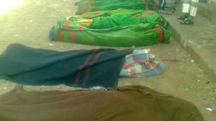 Des corps de soldats tués dans une attaque du quartier général militaire à Mayfaa, dans la province de Chabwa, le 20 septembre 2013.