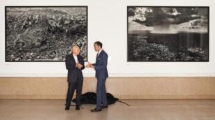 """As obras """"Serra Pelada"""", de 1986, e """"Serra do Confronto"""", de 2016, doadas pelo premiado fotógrafo brasileiro Sebastião Salgado (esq.) à universidade Sciences Po de Paris, em 29 de maio de 2017."""