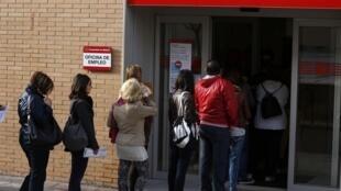 Fila de espera diante de uma agência de empregos em Madri, capital da Espanha; o tempo que uma pessoa fica desempregada em média no país dobrou em 2013.