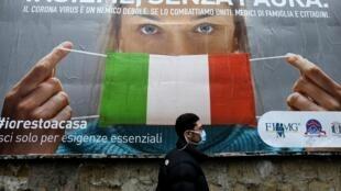 Un cartel fotografiado en Nápoles el 22 de marzo de 2020 insta a los italianos a quedarse en casa para evitar el contagio de coronavirus COVID-19