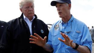 Donald Trump et le gouverneur de l'Etat de Floride, Rick Scott, lors du passage de l'ouragan Michael, le 15 octobre 2018.