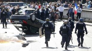 Người biểu tình lật xe của dịch vụ UberPOP  tại cửa ngõ Paris, Porte de Maillot ngày 25/06/2015.