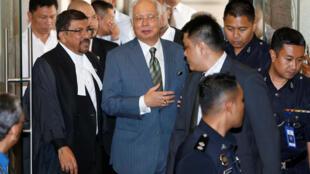 Cựu thủ tướng Malaysia Najib Razak ra khỏi tòa án Kuala Lumpur ngày 08/08/2018.