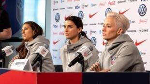 Les footballeuses américaines Carli Lloyd, Alex Morgan et Megan Rapinoe (de gauche à droite), lors d'une conférence de presse, le 24 mai 2019 à New York.