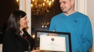 Мэр Парижа Анн Идальго вручила Олегу Сенцову сертификат о присвоении ему статуса почетного гражданина города