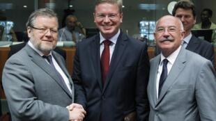 (Л-П) Министр иностранных дел Исландии Оссур скарфедиссон, Стефан Фуле и министр иностранных дел Венгрии Янош Мартонии на сессии ЕС. Брюссель 27/06/2011