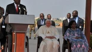 Le président béninois Boni Yayi (g),  Benoît XVI (c) et l'épouse du président (d) à l'aéroport de Cotonou, le 18 novembre 2011.