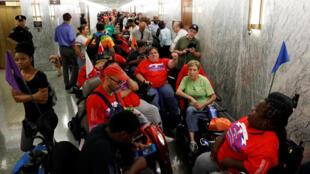 Người biểu tình, đa số là người khuyết tật, trước Ủy ban Tài Chính Thượng Viện Mỹ, ngày 25/09/2017.