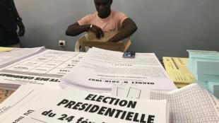 Au Sénégal, à Dakar, un agent électoral prépare le matériel pour la présidentielle du 24 février 2019.
