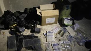 Các hóa chất và mặt nạ chống khí độc tại một kho chứa ở Jobar, Damas, Syria, ngày 24/08/2013