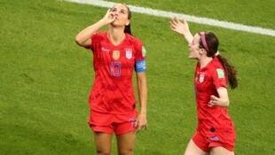 Причиной изменений глава ФИФА назвал успех «феноменального» ЧМ, проходящего во Франции. На фото: футболистки сборной США Алекс Морган (слева) и Роуз Лавель после решающего гола в 1/2 финала с Англией