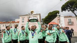 O capitão da Selecção Portuguesa de Futsal, Ricardinho (C), comemora com os restantes membros da selecção em frente ao Palácio de Belém, em Lisboa.