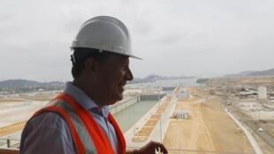 2016年3月18日,巴拿馬總統胡安·卡洛斯·瓦雷拉視察運河擴建工程巴拿馬城工地。