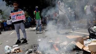 """""""Constituinte sem consulta é fraude"""" diz cartaz de manifestante contra o governo de Maduro em Caracas, em 5 de junho de 2017."""