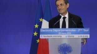 El expresidente Nicolás Sarkozy, líder de la UMP, antes de su conferencia de prensa, luego de conocerse los resultados positivos para su partido en la segunda vuelta de las elecciones departamentales, 29 de marzo de 2015.