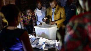 Des agents électoraux comptent les bulletins dans un bureau de vote à Bamako, le 29 juillet 2018.
