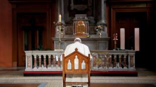 El Papa Francisco rezando el 25 de agosto de 2018, para las víctimas de la Iglesia católica en Irlanda.