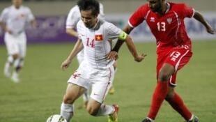 Cầu thủ Lê Tấn Tài (Trắng) trong trận gặp đội Tiểu vương quốc Ả Rập Thống nhất tại sân Mỹ Đình (Hà Nội) ngày 6/2/2013, trong khuôn khổ vòng loại Cúp châu Á 2015.