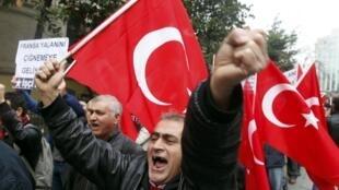 Istambul, 24 de janeiro de 2012. Turcos se manifestam em frente ao Consulado da França para protestar contra a lei que pune o negacionismo do genocídio armênio.