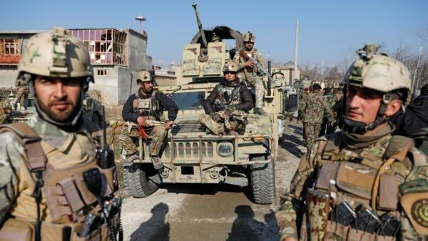 阿富汗武裝力量人員2019年12月11日在美國駐軍兵營旁。