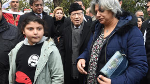 Le président tunisien (au centre) et la fille et la veuve de Chokri Belaïd à l'inauguration d'une place au nom de l'opposant politique à Tunis, à l'occasion du quatrième anniversaire de sa mort, le 6 février 2017.