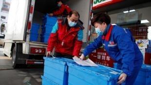 Des travailleurs dans une station-service à Pékin, le 28 février 2020.