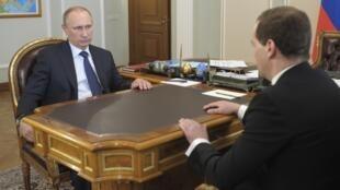 Le président russe Vladimir Poutine et son Premier ministre Dmitri Medvedev, près de Moscou le 19 avril 2014.