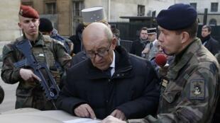 Министр обороны Франции Жан-Ив Ле Дриан (по центру), Париж, 30 декабря 2016 г.