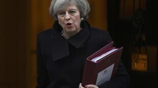 Thủ tướng Anh Theresa May và tập hồ sơ Brexit đến Hạ Viện điều trần ngày 08/02/2017, tại Luân Đôn.