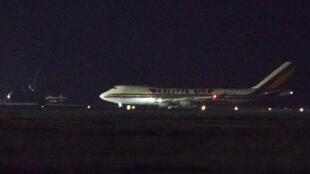 Un avión con pasajeros estadounidenses del crucero Diamond Princess, en cuarentena en Japón, aterriza en la Base Aérea de Travis, en California, el 16 de febrero de 2020