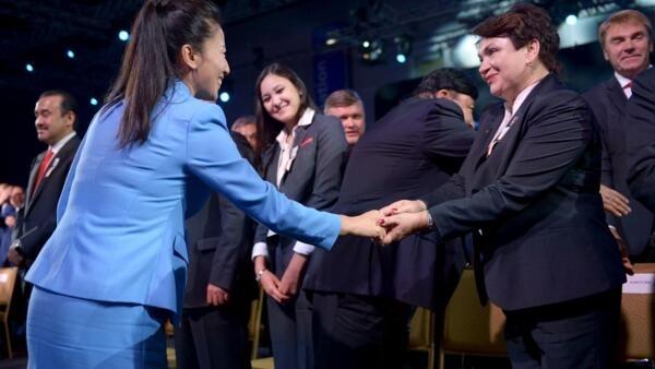 A esquiadora chinesa Li Nina (e) cumprimenta a delegada da cidade de Almaty, no Cazaquistão, depois que Pequim foi anunciada como a cidade sede dos Jogos Olímpicos de Inverno de 2022.