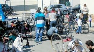 Des cyclistes réparent leur vélo dans un atelier organisé par les membres de l'association Cyclofficine en région parisienne.