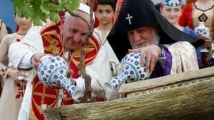 Папа Франциск (слева) и Католикос всех армян Гарегин II поливают дерево во время службы на площади Республики в Ереване, 25 июня 2016.