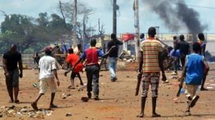 De nouveaux heurts ont opposé forces de l'ordre et manifestants à Conakry, le 24 mai 2013.