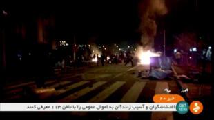 Ảnh chụp từ video cho thấy cảnh biểu tình bạo động tại thành phố Tuyserkan, Iran, ngày 31/12:2017.