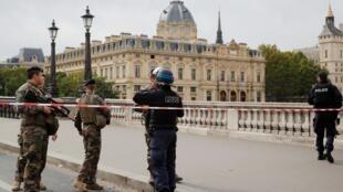 Полицейское оцепление вокруг парижской префектуры после убийства четырех сотрудников. 3 октября 2019 г.