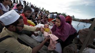 Des réfugiés rohingyas lors de leur arrivée par bateau au Bangladesh, le 2 octobre 2017. Ils seront ensuite transférés dans un camp de réfugiés à Cox's Bazar.