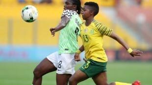 La Nigériane Asisat Oshoala (à gauche) et la Sud-Africaine Bambanani Mbane se retrouveront peut-être également en finale de la CAN féminine 2020. Mais ce ne sera pas au Congo.