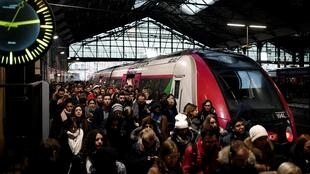 El infierno de los usuarios franceses continúa: este lunes, más del 60% de los conductores de trenes, metros y buses franceses siguen en huelga tras 12 días de protestas contra la reforma de las jubilaciones.