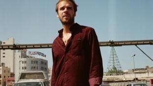 """Photographie portrait de Cyril Mokaiesh, dans une rue de Beyrouth. Livre-disque «Paris Beyrouth»."""""""